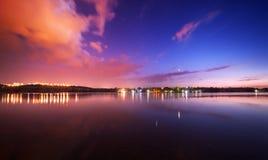 Cielo nocturno hermoso en el río con las estrellas y las nubes Imágenes de archivo libres de regalías