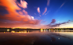 Cielo nocturno hermoso en el río con las estrellas y las nubes Imagen de archivo
