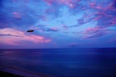 Cielo nocturno Miami Beach la Florida los E.E.U.U. del dirigible de Goodyear fotos de archivo libres de regalías