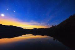 Cielo nocturno, muchas estrellas Foto de archivo
