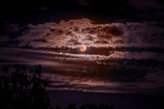 Cielo nocturno oscuro con las nubes durante el eclipse del moon_ imágenes de archivo libres de regalías