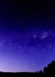 Cielo nocturno y vía láctea con las siluetas fotografía de archivo libre de regalías