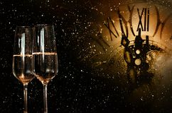 Cielo notturno con l'orologio ed il champagne per il nuovo anno Fotografia Stock