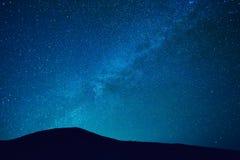 Cielo notturno con le stelle e la galassia immagine stock