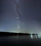Cielo notturno della foresta profonda della galassia della Via Lattea bello immagine stock libera da diritti