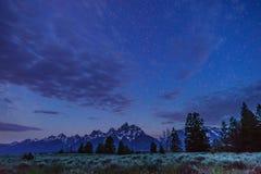 Cielo notturno della montagna immagini stock