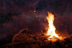 Cielo notturno e fuoco del campo Fotografia Stock