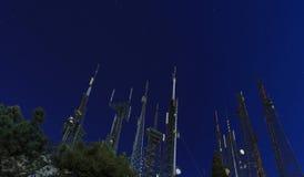 Cielo notturno ed alta antenna Immagine Stock