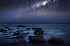 Cielo notturno milkyway sulla spiaggia fotografie stock