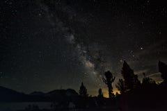 Cielo notturno nella sierra Nevada Mountains Immagine Stock