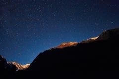 Cielo notturno nelle montagne Via Lattea Milioni di stelle sopraelevate Viaggio attraverso le montagne di Altai Immagine Stock Libera da Diritti