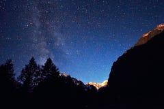 Cielo notturno nelle montagne Via Lattea Milioni di stelle sopraelevate Viaggio attraverso le montagne di Altai Fotografie Stock