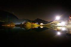 Cielo notturno sopra il lago Balea, alpi di Transylvanian, Romania Immagini Stock Libere da Diritti