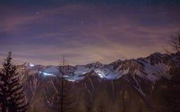 Cielo notturno sopra la valle di Chamonix-Mont-Blanc Immagine Stock