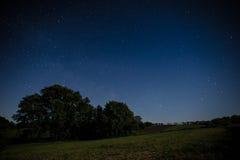 Cielo notturno sopra un campo Fotografia Stock Libera da Diritti