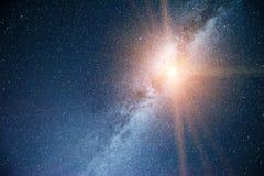 Cielo notturno vibrante con le stelle e nebulosa e galassia Astrophoto profondo del cielo fotografia stock