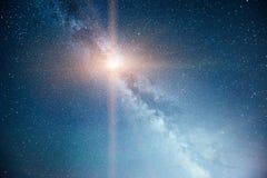 Cielo notturno vibrante con le stelle e nebulosa e galassia Astrophoto profondo del cielo immagine stock