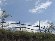 Cielo, nubes y cerca de madera vieja Imagen de archivo libre de regalías