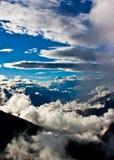 Cielo, nubes, y montañas Imagen de archivo libre de regalías