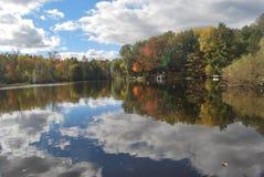 Cielo, nubes y río Imagenes de archivo
