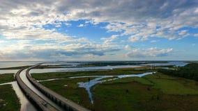 Cielo nublado azul sobre la bahía móvil, Alabama imagenes de archivo