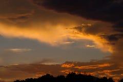 Cielo nublado coloreado que sorprende en el fondo de la puesta del sol, artístico y místico Foto de archivo libre de regalías