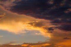 Cielo nublado coloreado que sorprende en el fondo de la puesta del sol, artístico y místico Fotos de archivo libres de regalías