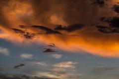 Cielo nublado coloreado que sorprende en el fondo de la puesta del sol, artístico y místico Fotografía de archivo libre de regalías