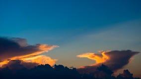 Cielo nublado colorido en la puesta del sol Imagen de archivo libre de regalías