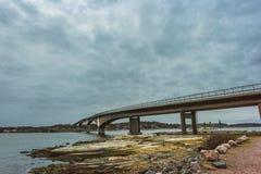 Cielo nublado con un puente Imagen de archivo