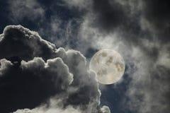 Cielo nublado de la Luna Llena imágenes de archivo libres de regalías