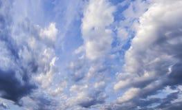 Cielo nublado de la primavera Fotos de archivo