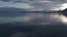 Cielo nublado de la puesta del sol en el costero de Reine y de Hamnoy en archipelag de la isla de Moskenesoya, islas de Lofoten almacen de video