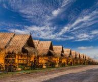Cielo nublado de las chozas de bambú de la paja Fotografía de archivo libre de regalías