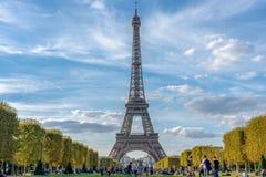 Cielo nublado de París Francia de la torre Eiffel imagenes de archivo