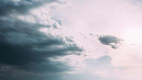 Cielo nublado de time lapse del lapso de tiempo Cielo dramático con las nubes mullidas en Sunny Day almacen de metraje de vídeo