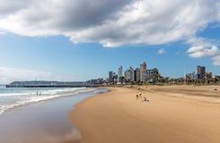 Cielo nublado del azul de océano y horizonte de oro de la ciudad de la milla fotografía de archivo libre de regalías
