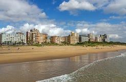 Cielo nublado del azul de océano y horizonte de oro de la ciudad de la milla Imagen de archivo
