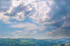 Cielo nublado del resorte en montañas Imágenes de archivo libres de regalías