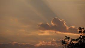 Cielo nublado del verano hermoso en la puesta del sol que iguala la luz con colores calientes hermosos almacen de metraje de vídeo