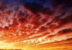 Cielo nublado dramático en la oscuridad imagen de archivo libre de regalías