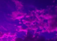 Cielo nublado en colores brillantes azules púrpuras Fotografía de archivo libre de regalías