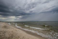 Cielo nublado en la playa Foto de archivo libre de regalías