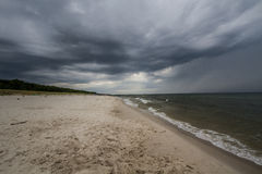 Cielo nublado en la playa Imagenes de archivo