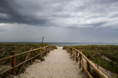 Cielo nublado en la playa Imagen de archivo