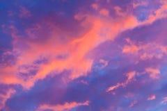 Cielo nublado en la puesta del sol, región de Tver, Rusia Imagen de archivo