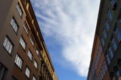 Cielo nublado entre los edificios Imagenes de archivo