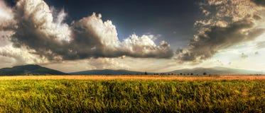 Cielo nublado hermoso en el campo Fotografía de archivo