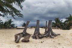 Cielo nublado oscuro durante el clima tempestuoso en la playa de Kailua en la isla de Oahu imagen de archivo