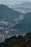 Cielo nublado, paisaje urbano y montaña de la oscuridad con el verde que vio de la colina de Penang en George Town Penang, Malasi Foto de archivo
